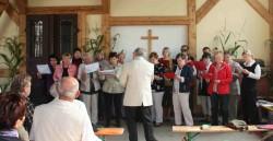 Mit einem Gottesdienst wird das Herbstfest 2011 auf dem Niederschindmaaser Mühlenhof eröffnet. Der Kirchenchor sorgt für die Musik.