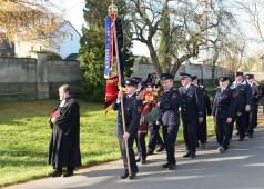 Nach dem Gottesdeinst am Volkstrauertag legt die Freiwillige Feuerwehr einen Kranz am Denkmal für die in den beiden  Weltkriegen gefallenen Soldaten nieder und gedenkt der verstorbenen Feuerwehr-Kameraden.