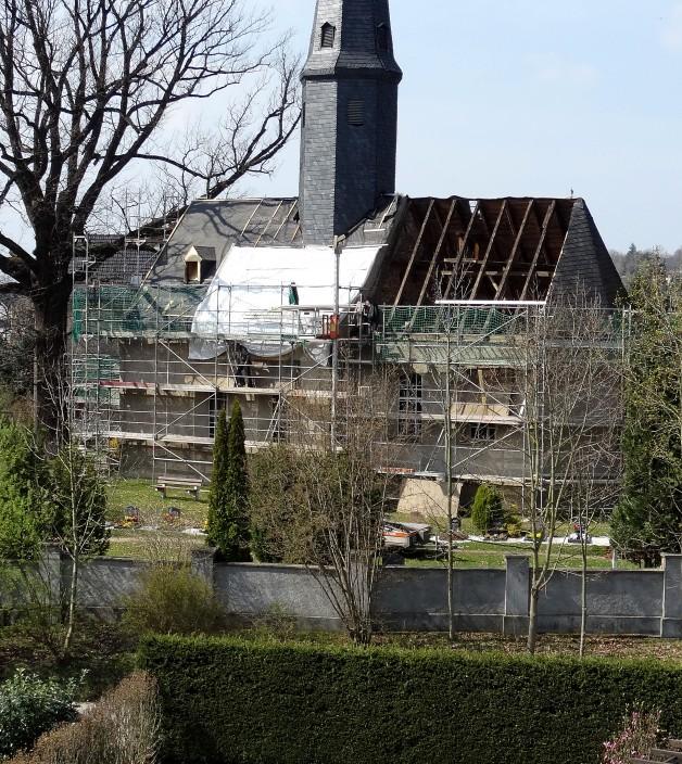 Zimmerleute reparieren Kirchendach